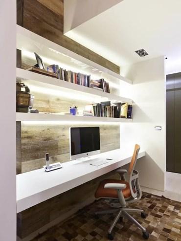 Office com iluminação LED nos nichos e prateleiras