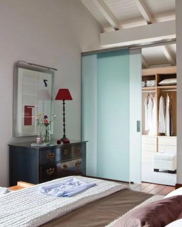 Porta de closet em vidro fosco ajuda na privacidade e luminosidade do quarto