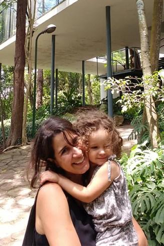 A arquiteta Joana do Vale Dourado e sua filha Helena.