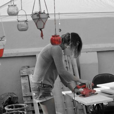 Luciana preparando madeiras em seu ateliê