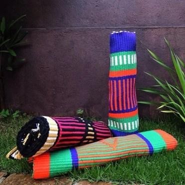 Os coloridos tapetes para ioga