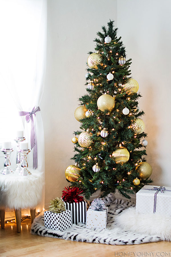 How to decorate a christmas tree with large and small How to decorate a christmas tree with large ornaments