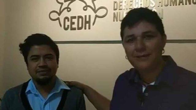 Luis Miguel, tío del menor expulsado, y Jennifer Aguayo, perteneciente al Movimiento por la Igualdad