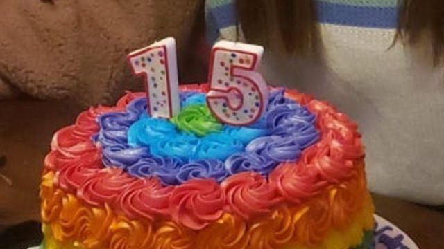 expulsan quinceañera pastel arcoíris
