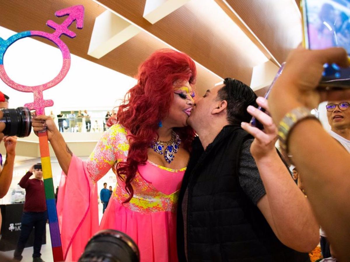 besotón Galerías Monterrey homofobia