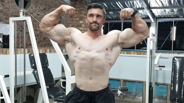 Estas poses de fisicoculturista te harán ver más musculoso.