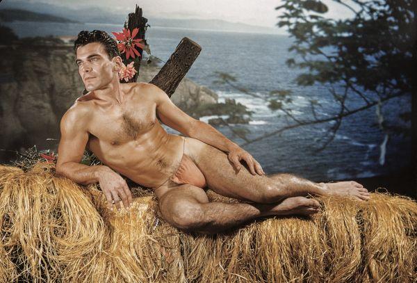 Fotografía de Bob Mizer con un fondo de naturaleza.