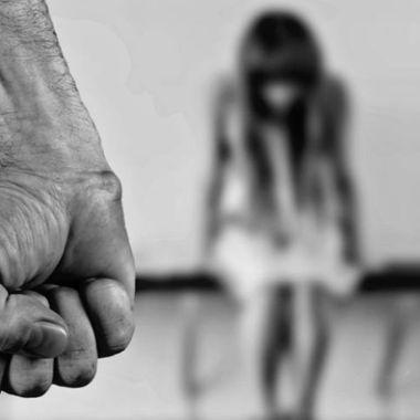 Un joven violó a su prima y le informó que lo hacía para quitarle lo lesbiana.