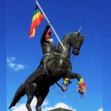 bandera LGBT+ estatua de San Martín en Azul
