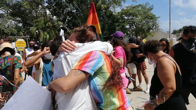 Manifestación de besos y abrazos LGBT+ en Tulum