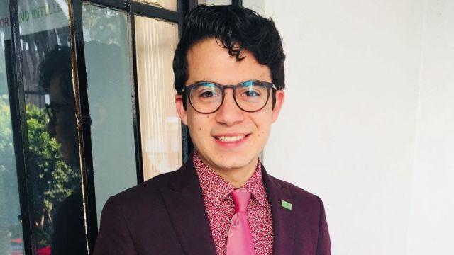 Él es Juan Loya, joven LGBT+ al que desalojan
