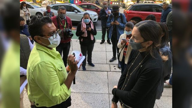 Marcela Velázquez Bolio, funcionaria del IMSS, recibe a activistas que protestan por desabasto de Antirretrovirales