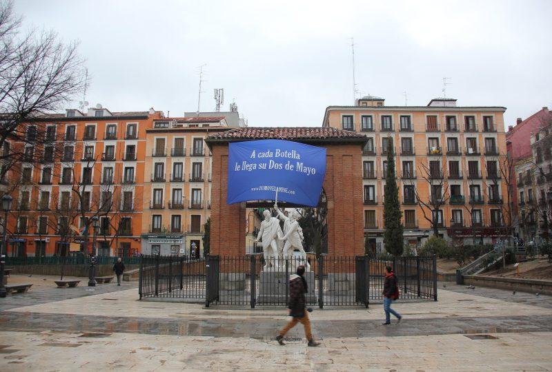 Vandalizan un monumento para pedir la expulsión de Ana Botella