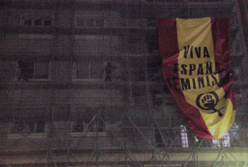 Viva España feminista: Una gran bandera rojigualda clausura la manifestación del Día de la Mujer