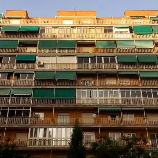 Edificio con toldos verdes