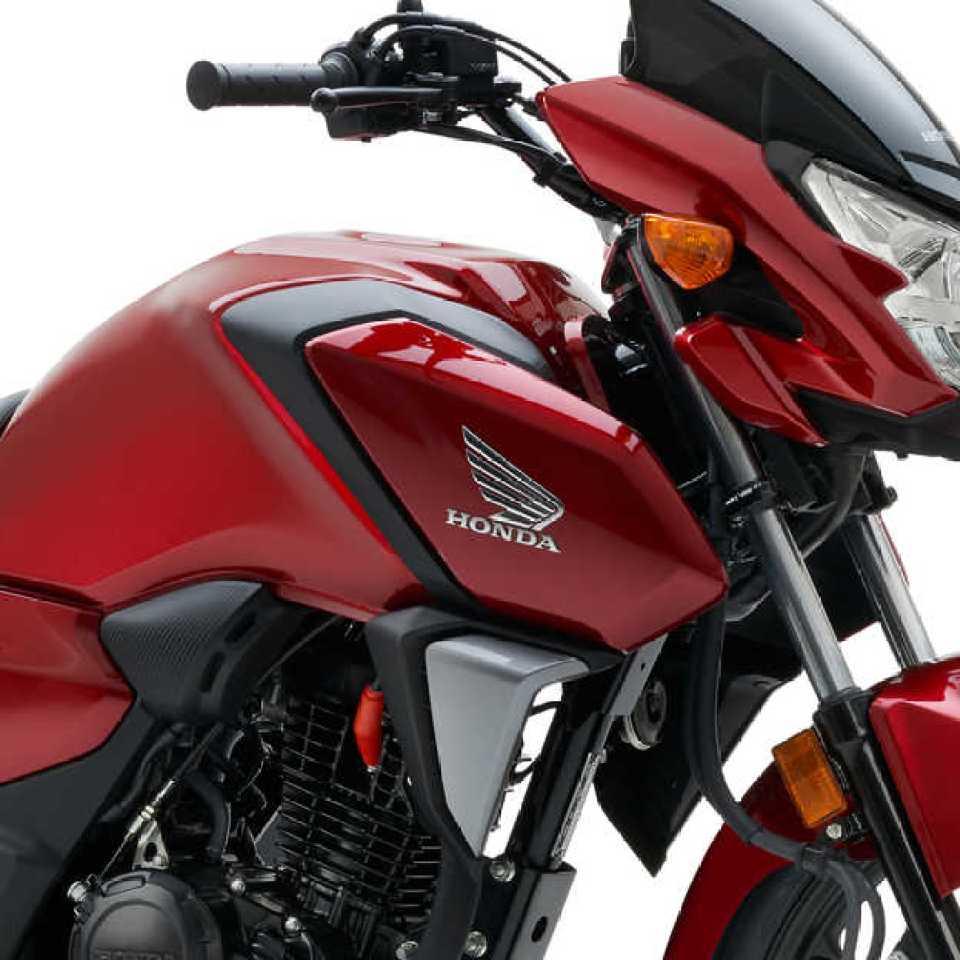 Červená Honda CB125F, štúdiový záber, detail na prednú časť
