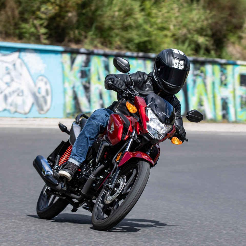 CB125F, motocyklista na ceste