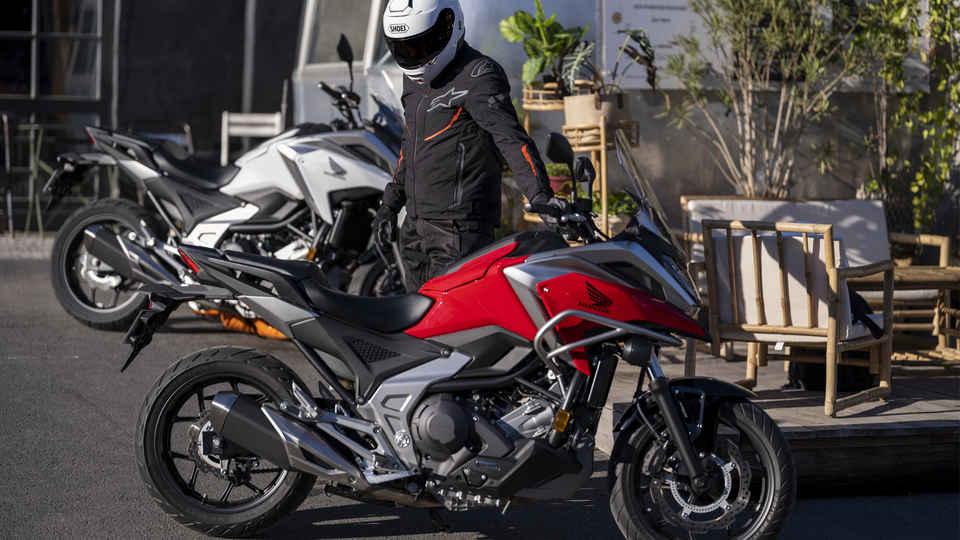 Honda NC750X, štúdiový záber, červený a čierny motocykel, pohľad zhora