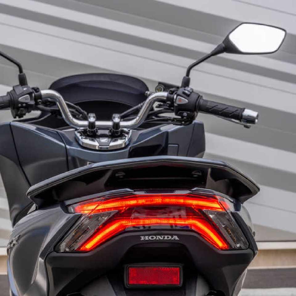 Honda PCX125 – pohľad zozadu, na ulici, sivý motocykel