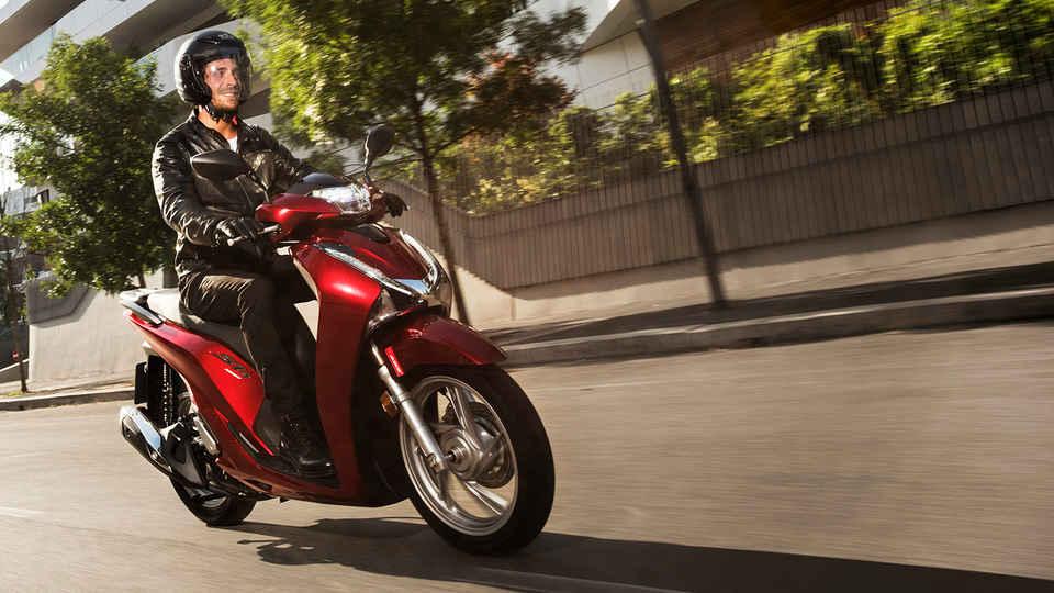 Samotný muž riadiaci motocykel