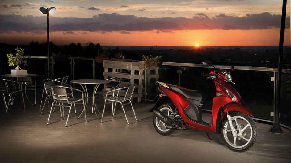Záber na motocykel zaparkovaný vedľa kaviarne