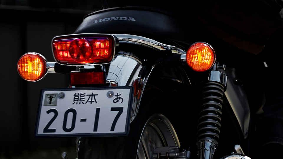 Zadný záber na svetlomety a evidenčné číslo vozidla Hondy CB1100 EX.