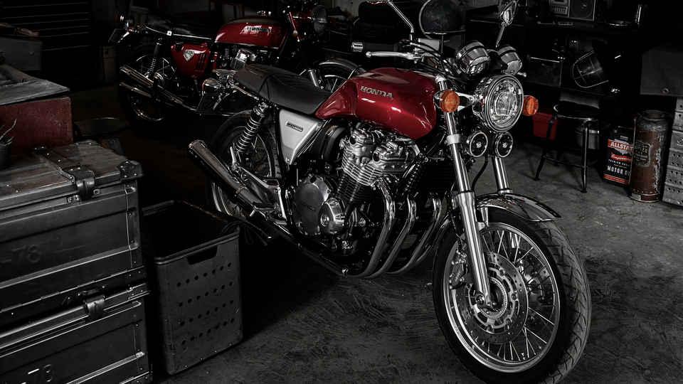 Motocyke Honda CB1100 EX na stojane v dielni.