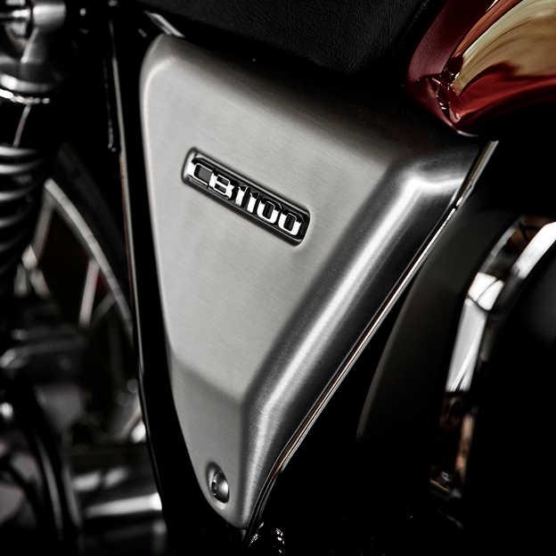 Detail hliníkového bočného panelu motocykla Honda CB1100 EX.