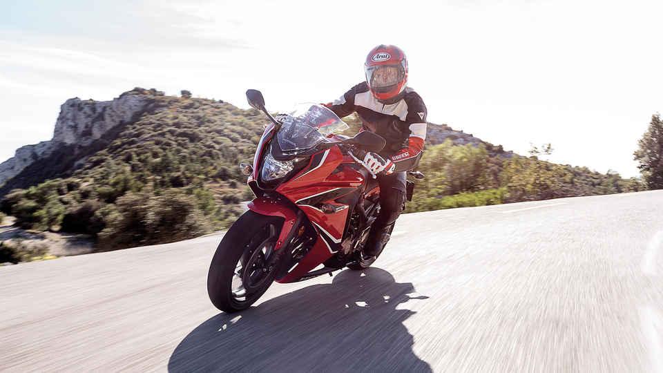 Predný trojštvrťový pohľad na jazdca na motocykli Honda CBR650F.