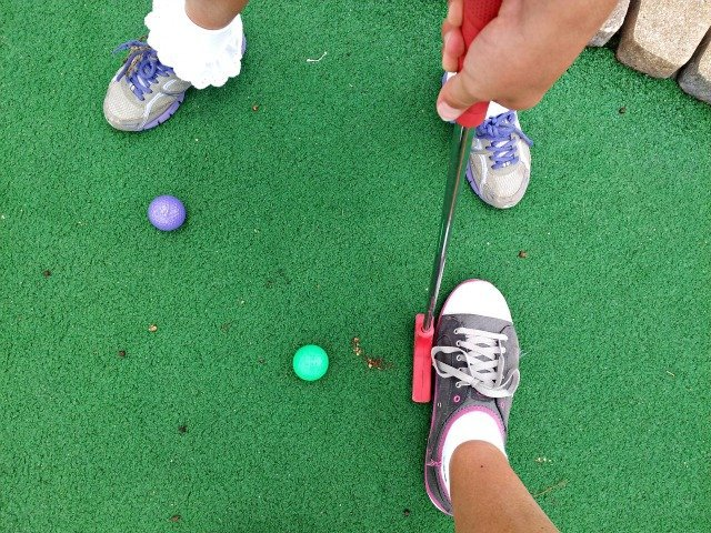 How to hit a mini golf ball