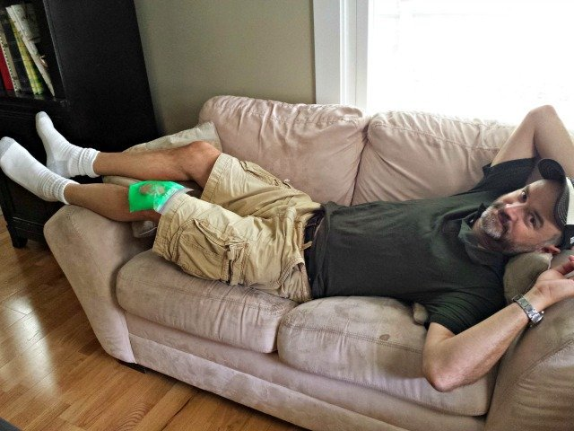 Painful knees are fixed with a homemade ice pack