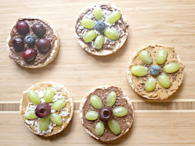 Fun flower snacks with rice cakes and fruit
