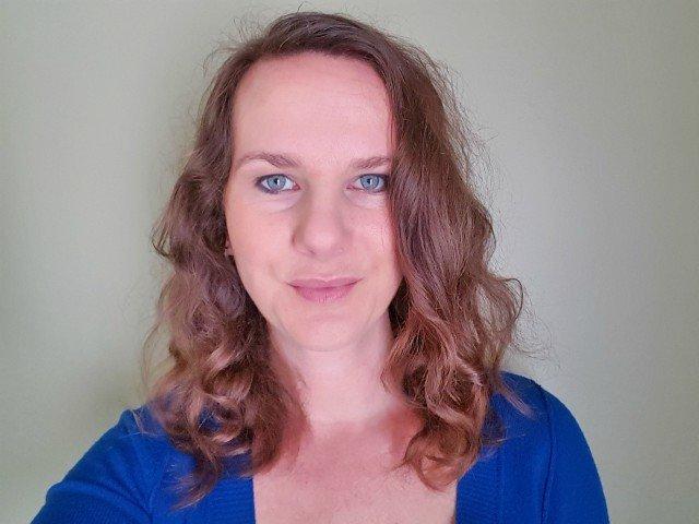 Create loose curls for slimming hairstyles