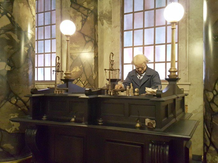 Take great photos at Escape from Gringotts and other rides with the Universal Studios VIP Experience