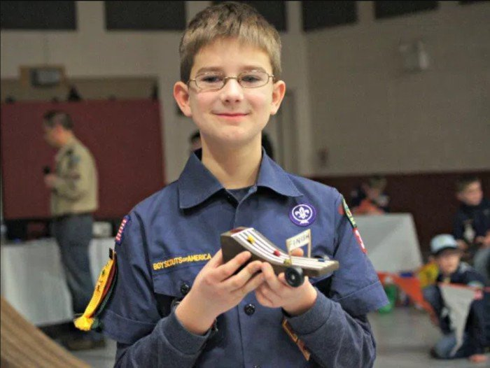 Pinewood Derby car designed to look like the Pinewood Derby track