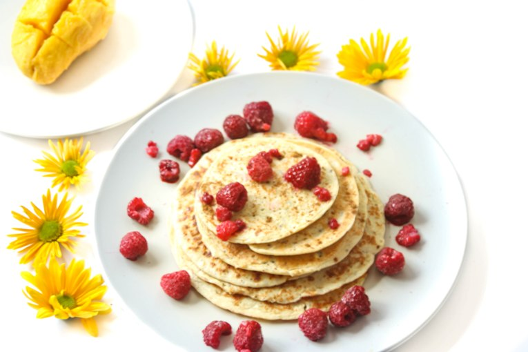 healthy and easy 4 ingredient pancakes by honestly fitness