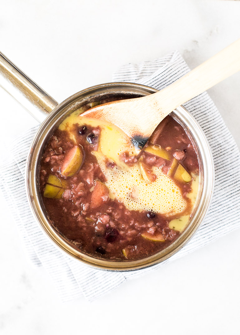 How and why you should soak your oats first, plus TWO recipes: gluten-free oats with figs, honey, and almond drizzle + coconut butter berry gluten-free oats. | www.honestlynourished.com