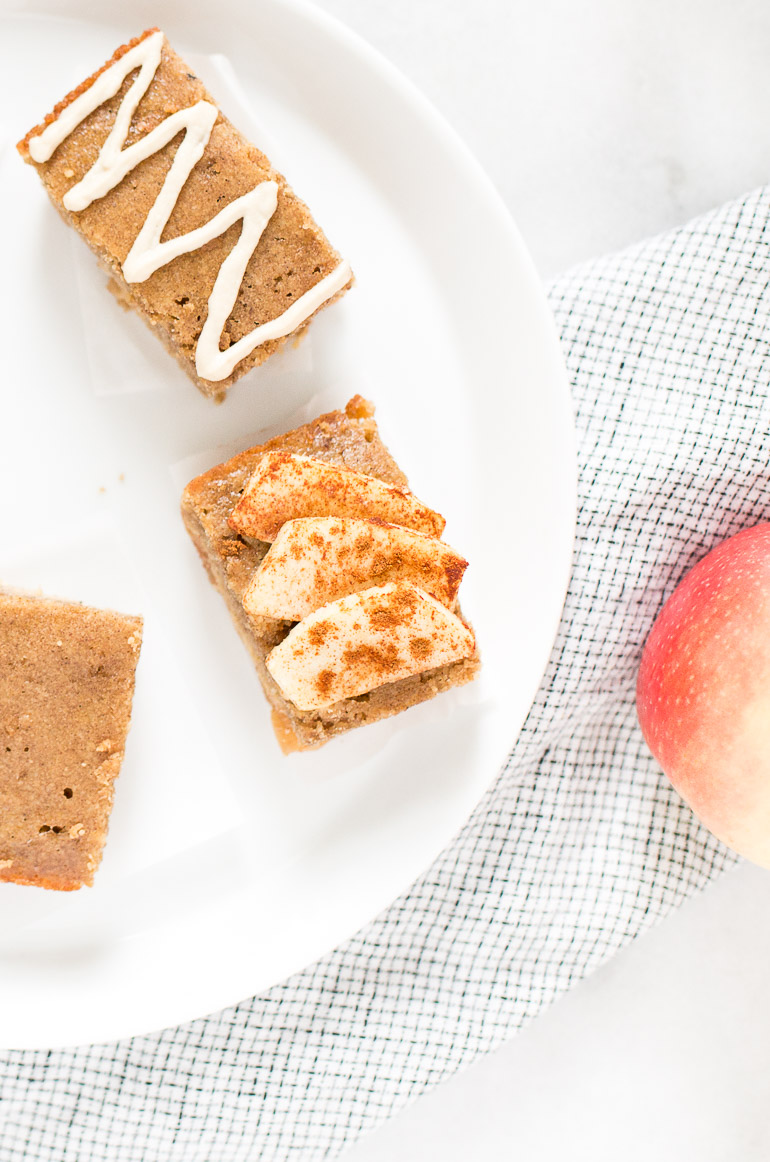 Four ways meal prep can streamline your morning routine, plus a one-dish, make-ahead fall recipe for apple cinnamon paleo pancake breakfast bars using @simplemills pancake and waffle mix with a vegan vanilla maple cashew icing. No tedious flipping or pans required! | paleo + gluten free + grain free + refined sugar free + oil free option | Honestly Nourished