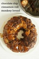 How to make chocolate chip cinnamon roll monkey bread. Yum, this looks so good!