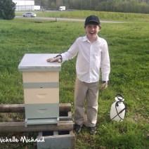 E Koty con alveare prima versato nelle api.