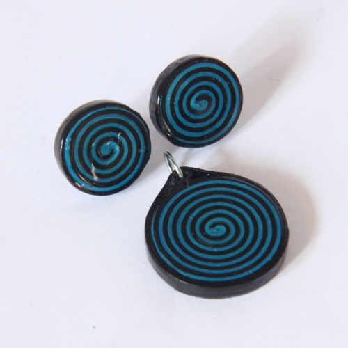 Make your own set of spiral paper jewelry - Free tutorial from Honey's Quilling