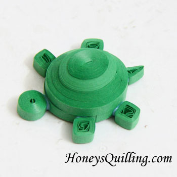 Cute turtle pendant made from paper quilling - free tutorial from Honey's Quillin