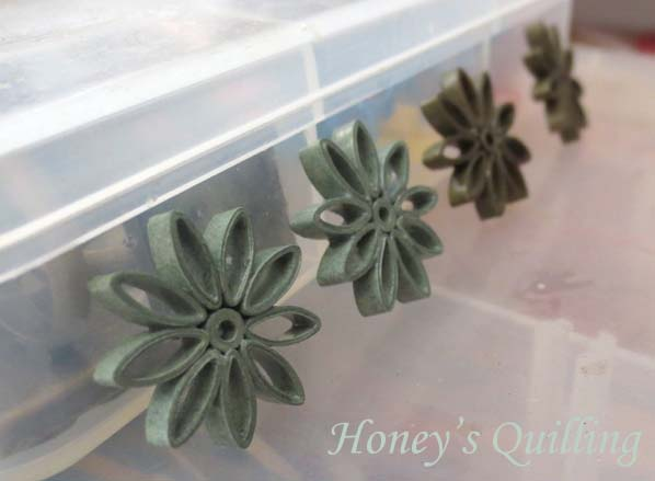 Applying sealant and topcoat to small sturdy quilled earrings - Honey's Quilling