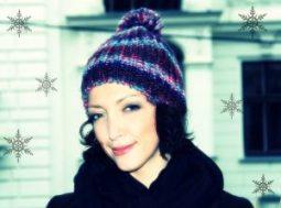 Frau mit Haube und Schneeflocken