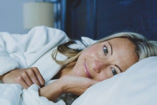 Eine Frau beim einkuscheln und einschlafen