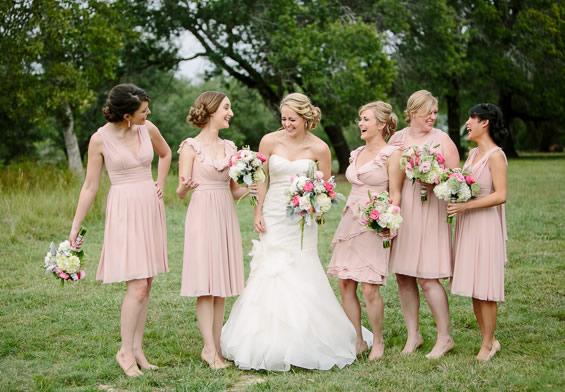 Rochii pentru domnisoarele de onoare, culoarea roz pal.