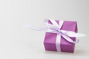 Ein lila Päckchen mit Schleife - was wünschst du dir sehnlich, hope and shine