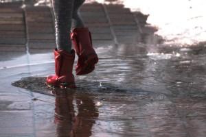 Boots stapfen im Regen - Die pure Lust am Leben - Hope and Shine