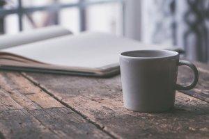 Notizbuch und Kaffee - mit Schreiben gelingt mir das Leben im Hier und Jetzt
