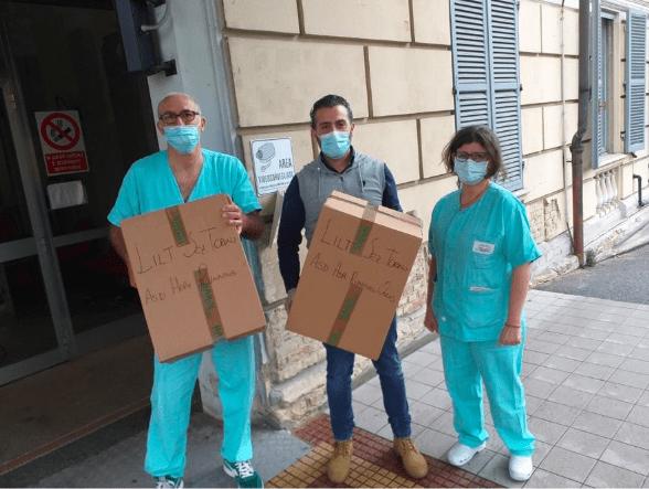 Il presidente Mirabella Giovanni insieme al dottor Castenetto e alla dottoressa Pagnozzi mentre consegna i casci Cpap per l'emergenza covi19 ospedale di Chivasso